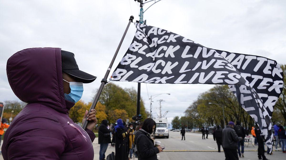Demonstrantin hält eine Black-Lives-Matter-Fahne während einer Kundgebung.