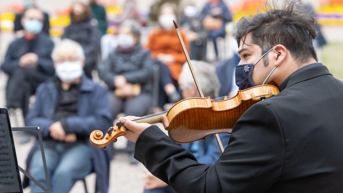 Musiker mit Mundschutz im Weimarer Schlosspark