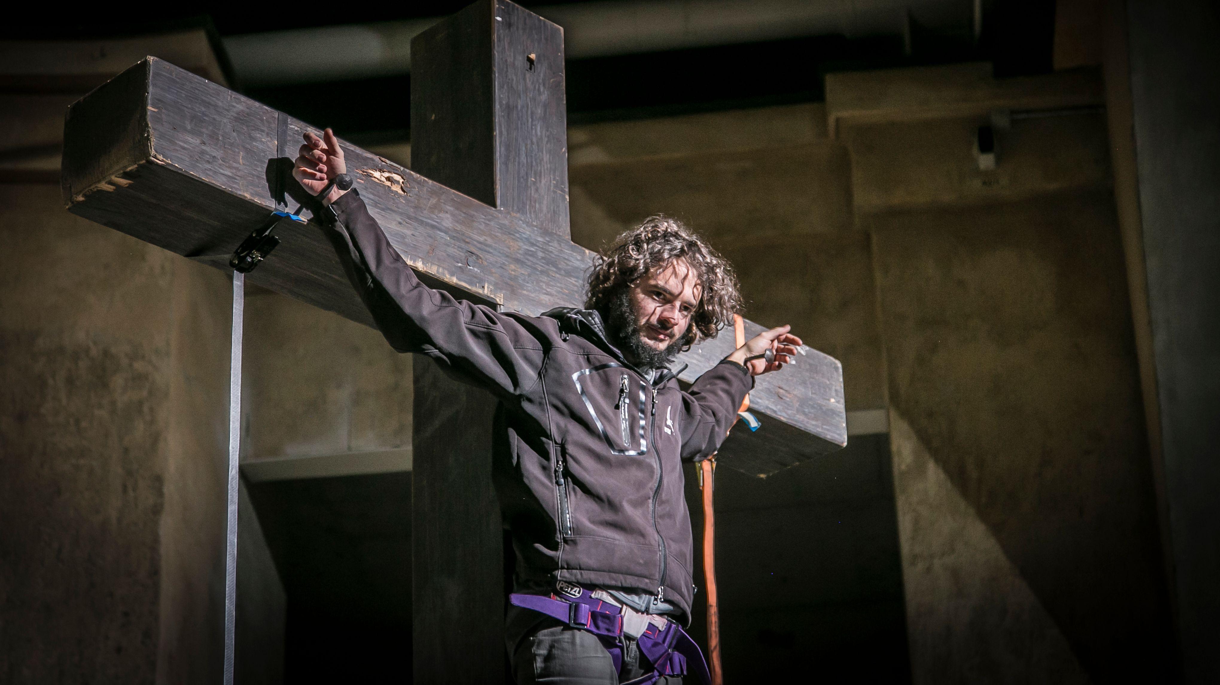 Der neue Oberammergauer Jesus-Darsteller Rochus Rückel hat seine erste Kreuzigungsprobe bestanden.