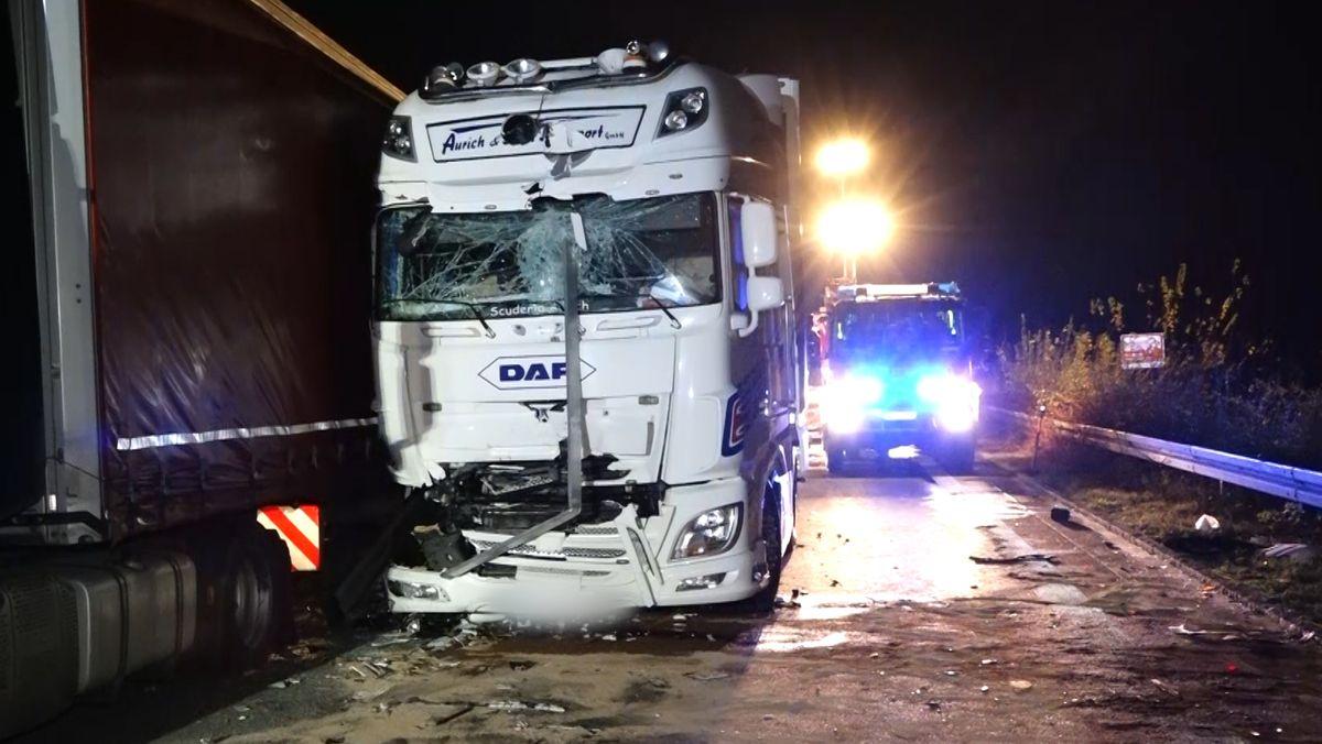 Bei einem Auffahrunfall krachte der Lkw in den Kleintransporter und schob diesen unter einen anderen Laster