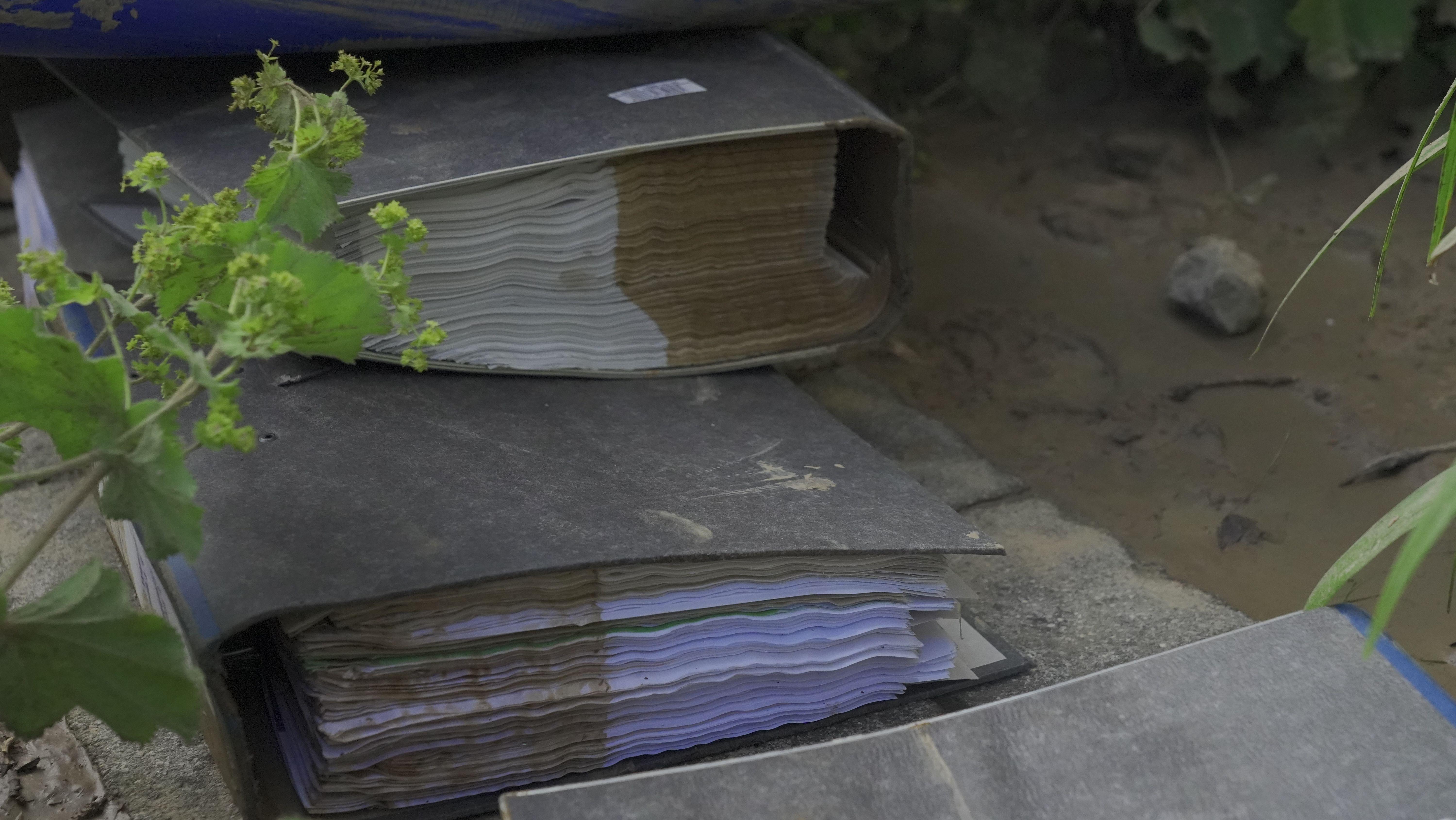 Aufgeweichte und verschmutzte Unterlagen.