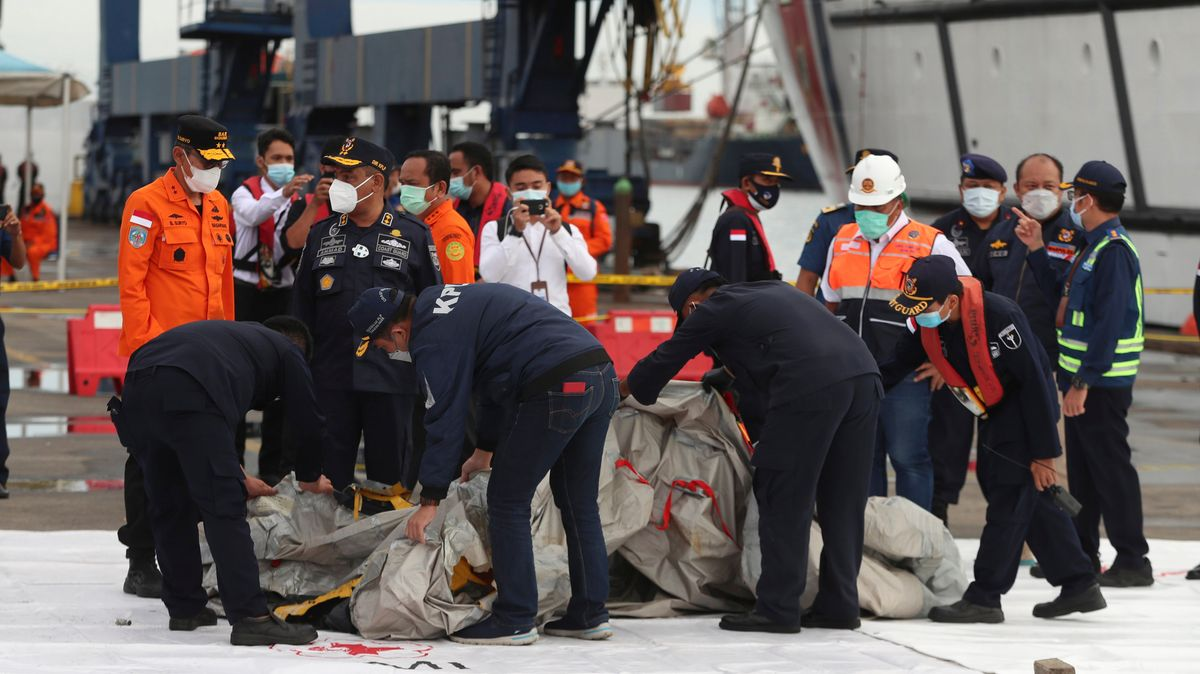 Indonesische Rettungskräfte bei der Bergung.