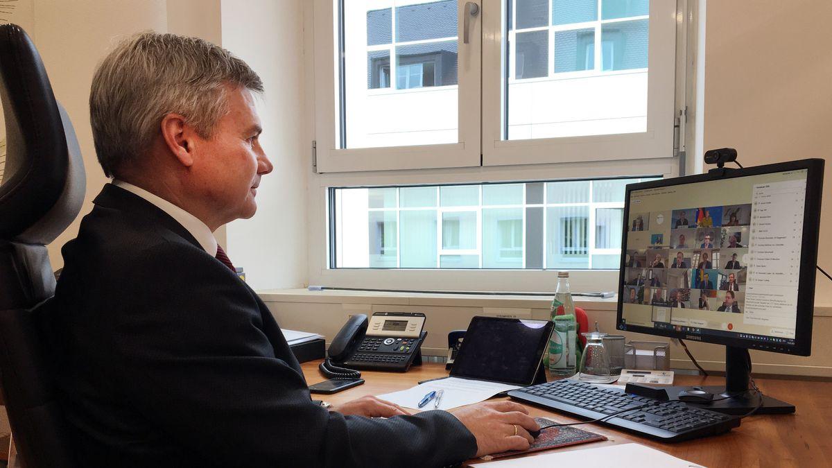 Landshuts Landrat Peter Dreier bei der Videoschalte