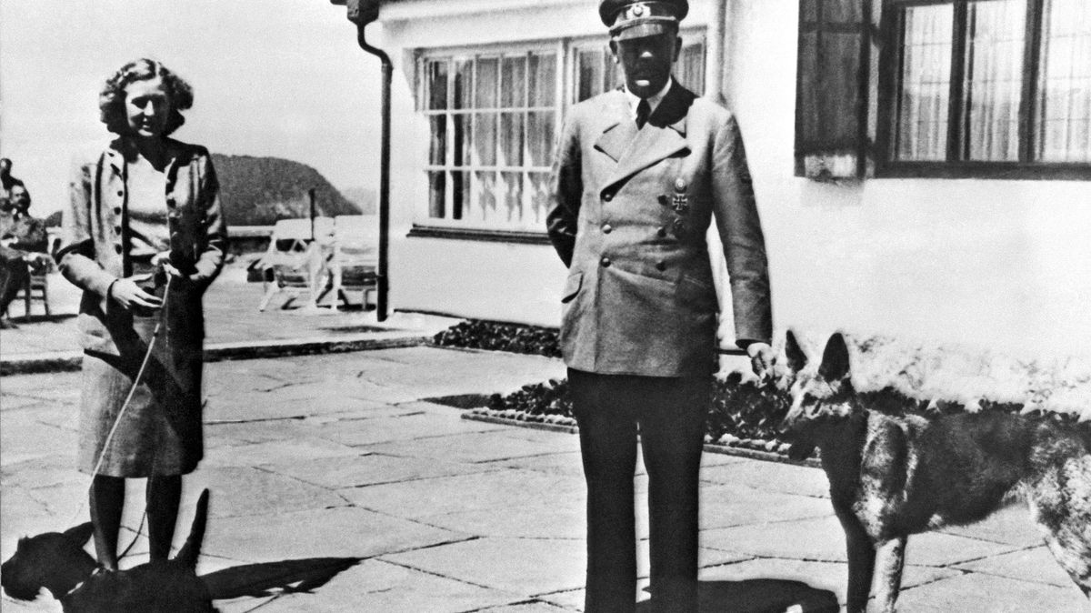 Eva Braun und Adolf Hitler stehen mit ihren Hunden am Obersalzberg auf der Terrasse