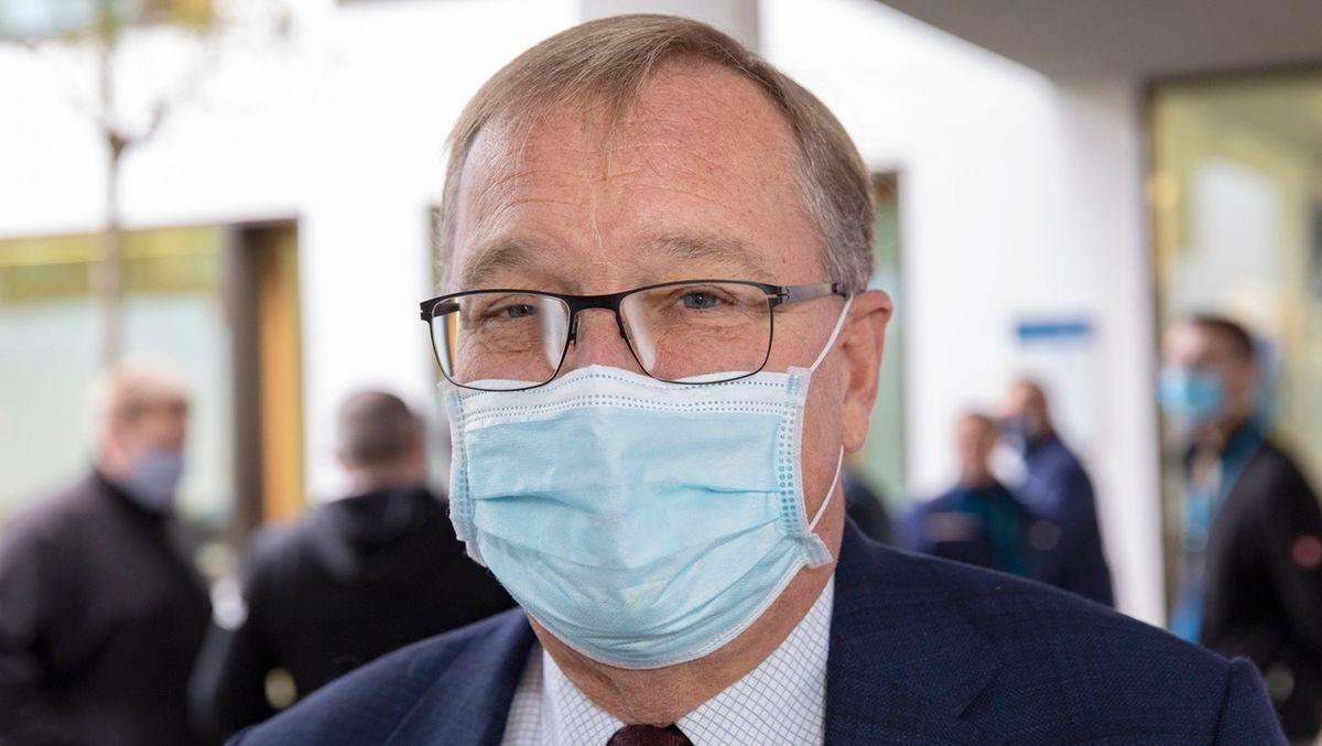 Andreas Starke mit Mundschutz vor einer Sitzung.