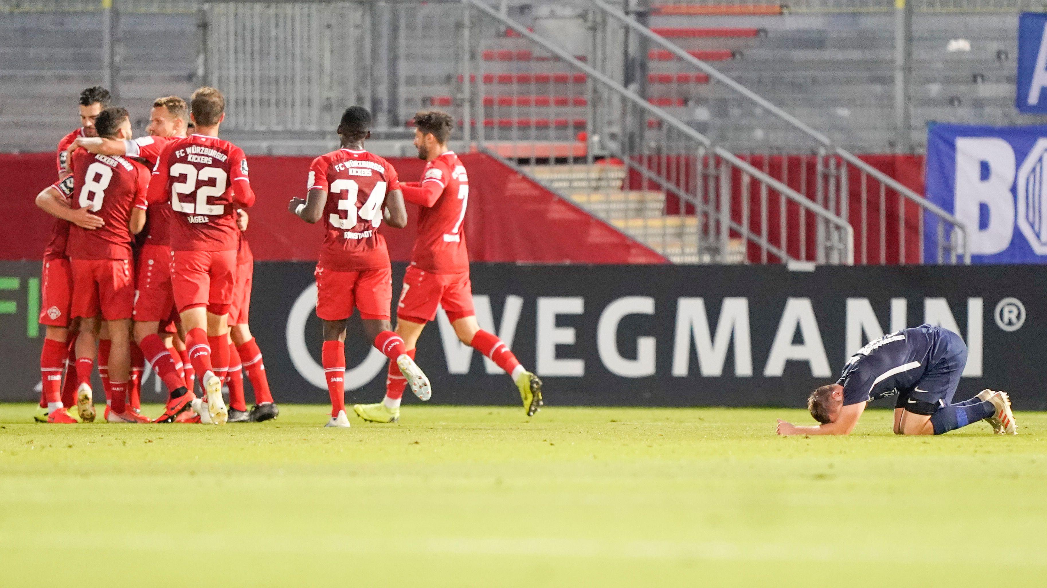 Würzburger Spieler feiern ein Tor gegen Meppen