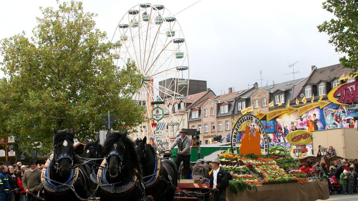 Pferdewagen vor Riesenrad in der Fürther Innenstadt