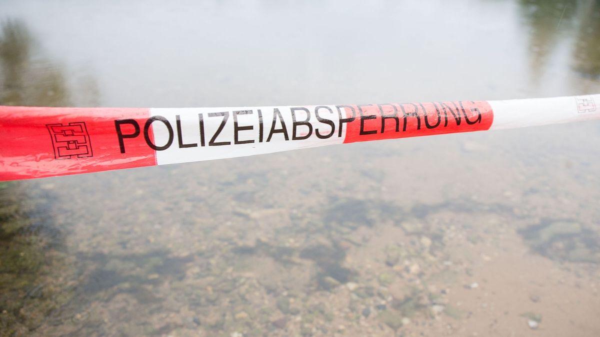 Polizeiabsperrung an einem Flussufer (Symbolbild)