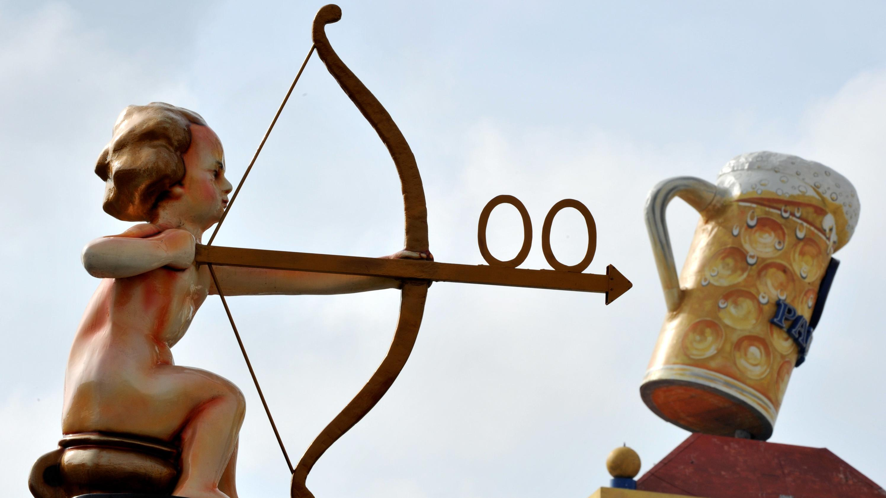 Symbolbild: Ein Toiletten-Engelchen weist auf dem Oktoberfest den Weg.