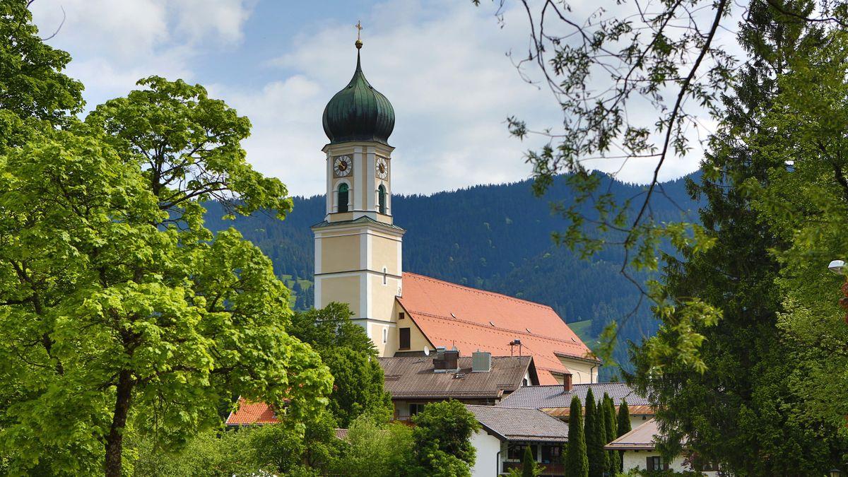St. Peter und Paul, die katholische Pfarrkirche von Oberammergau im Landkreis Garmisch-Partenkirchen, ist ein bedeutendes Beispiel des süddeutschen Barock. Sie wurde 1735–1749 nach Plänen von Joseph Schmuzer erbaut. Die Gemeinde gehört zur Erzdiözese München und Freising.