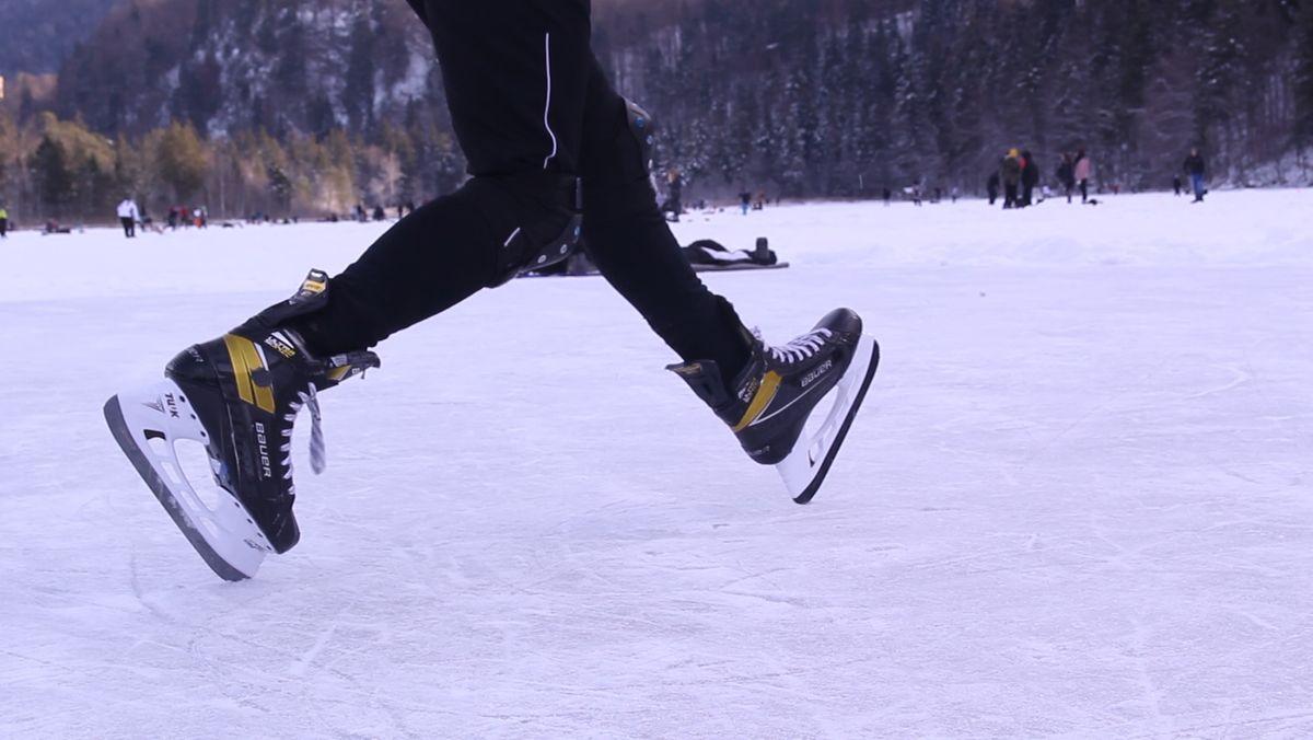 Schlittschuhe auf zugefrorenem See