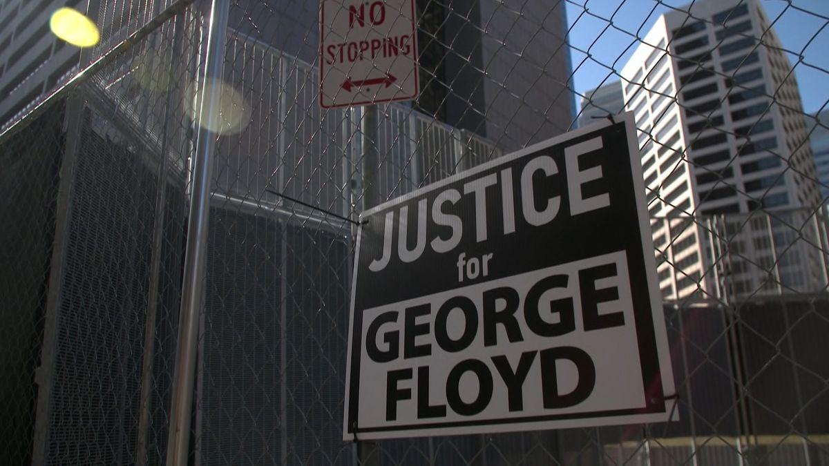 Fast ein Jahr nach der Tötung des unbewaffneten Afroamerikaners George Floyd bei einem Polizeieinsatz hat in den USA der Prozess gegen den weißen Angeklagten Chauvin begonnen.