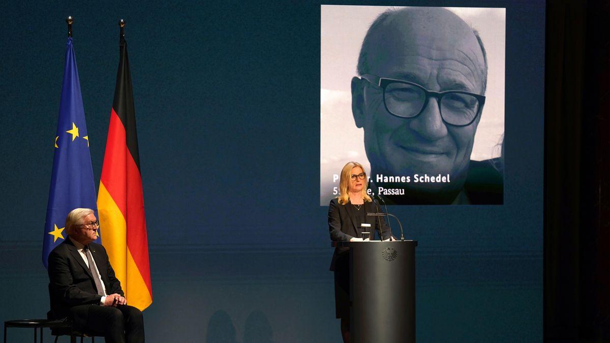Anita Schedel aus Passau rechts neben Frank-Walter Steinmeier bei der Gedenkfeier für Corona-Tote.