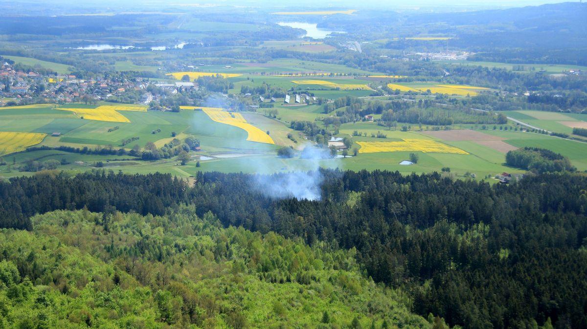 Rauch über einem Wald in Oberfranken, aufgenommen aus einem Beobachtungsflugzeug.