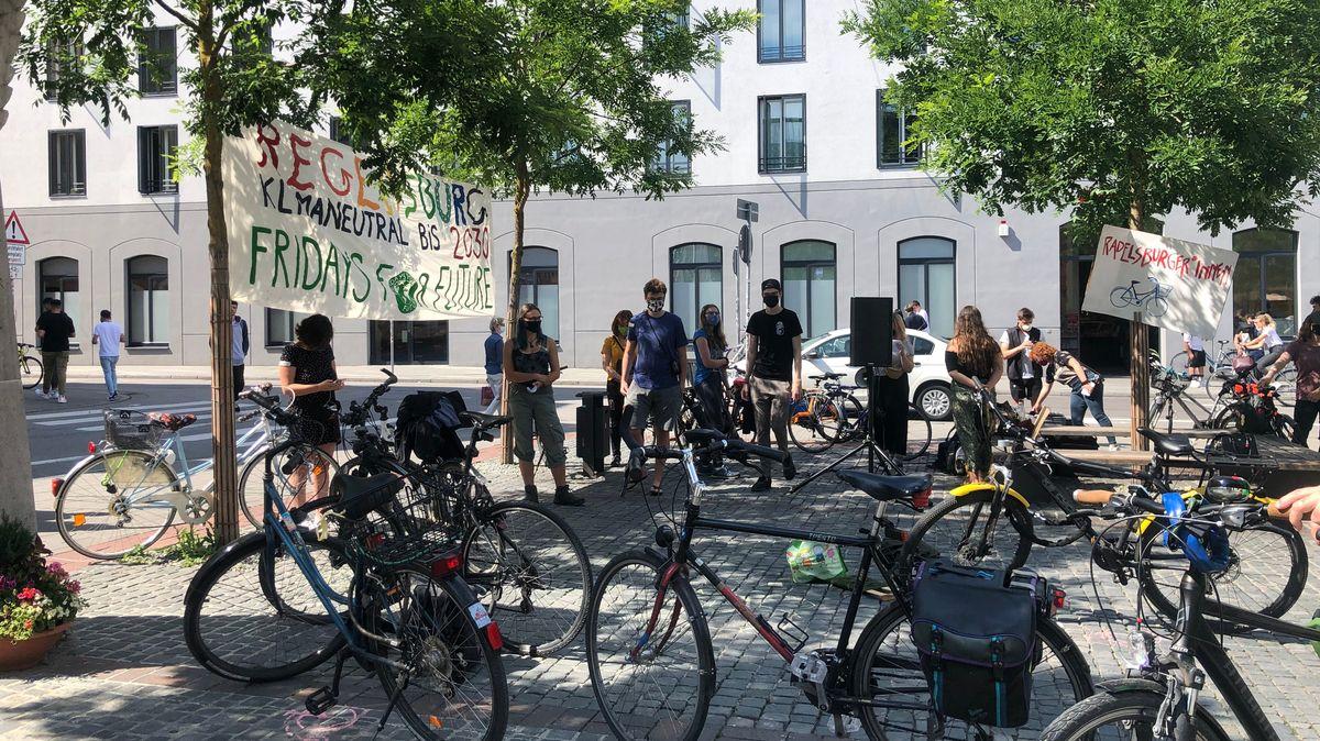 Demo für fahrradfreundliches Regensburg mit Corona-Sicherheitsabständen