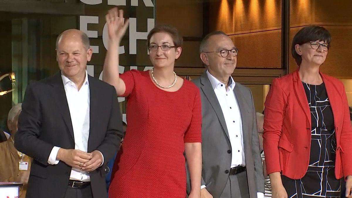 Die Führungsduos Klara Geywitz mit Olaf Scholz sowie Sasika Erken mit Norbert Walter-Borjans