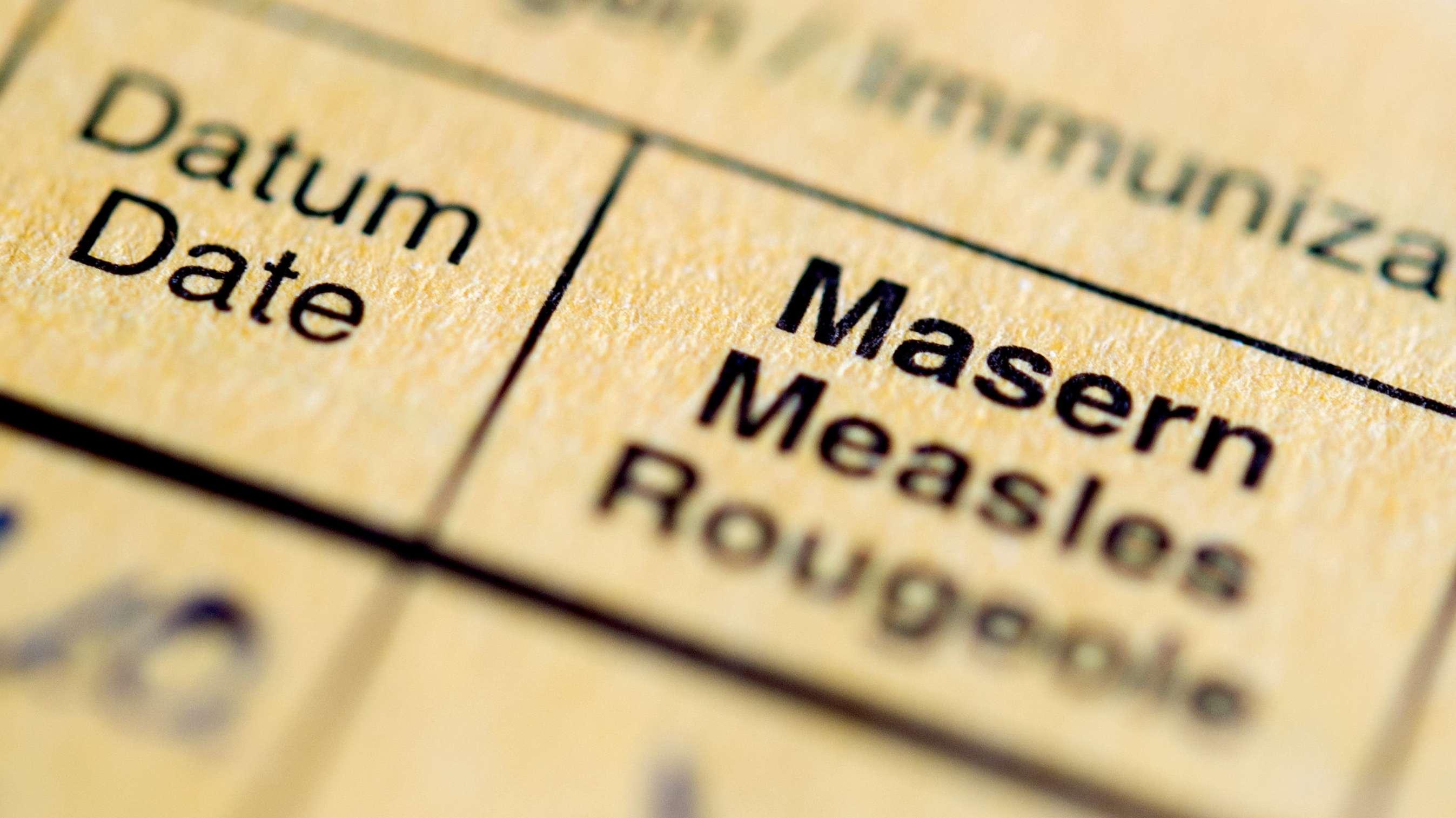 """Die Aufschrift """"Masern"""" steht auf einem Impfpass  (Archivbild)"""