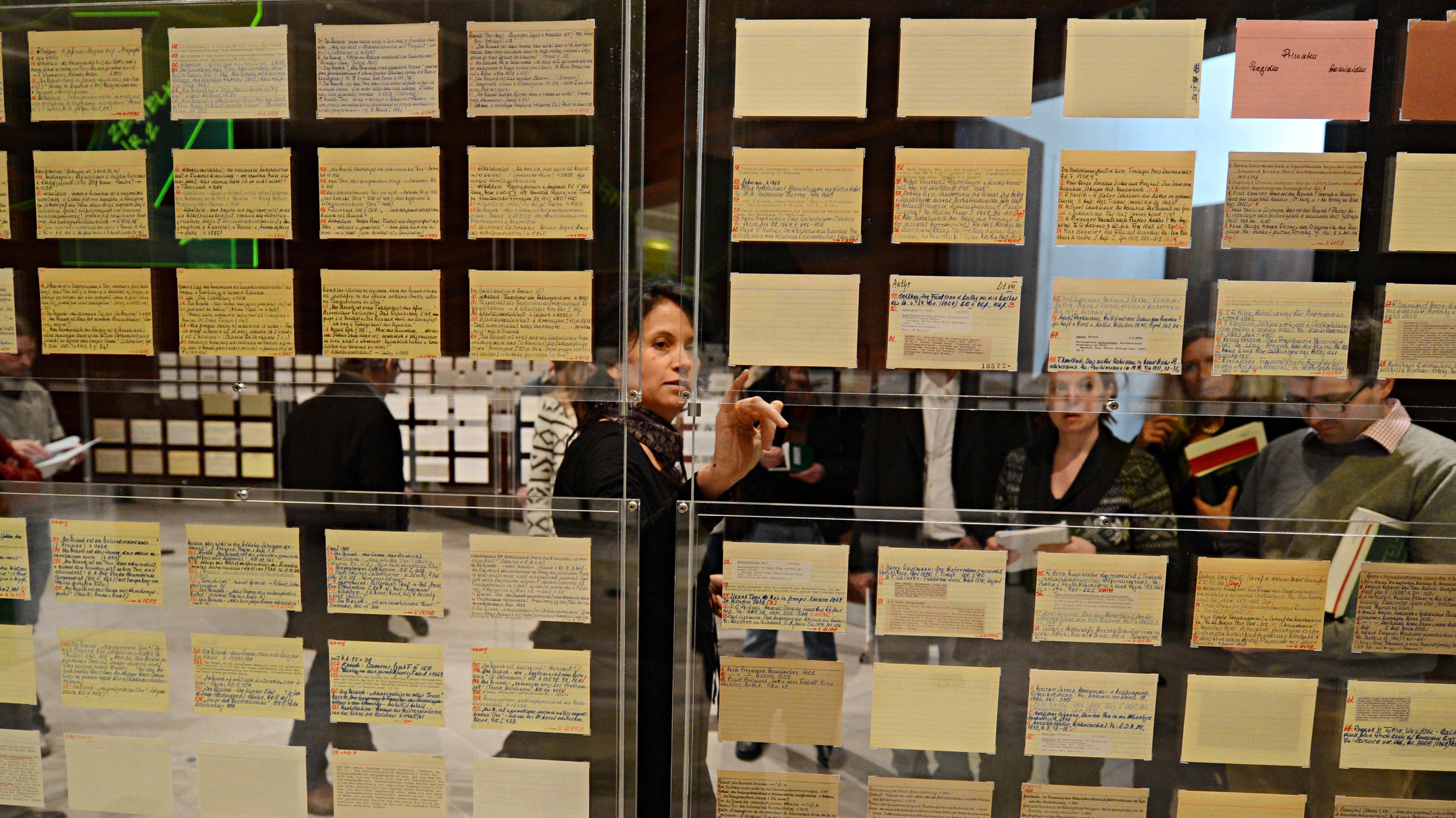 """Karteikarten des Philosophen Hans Blumenberg, zu sehen in der Ausstellung """"Zettelkästen. Maschinen der Phantasie"""". Das Literaturmuseum der Moderne gehört zum Deutschen Literaturarchiv in Marbach."""