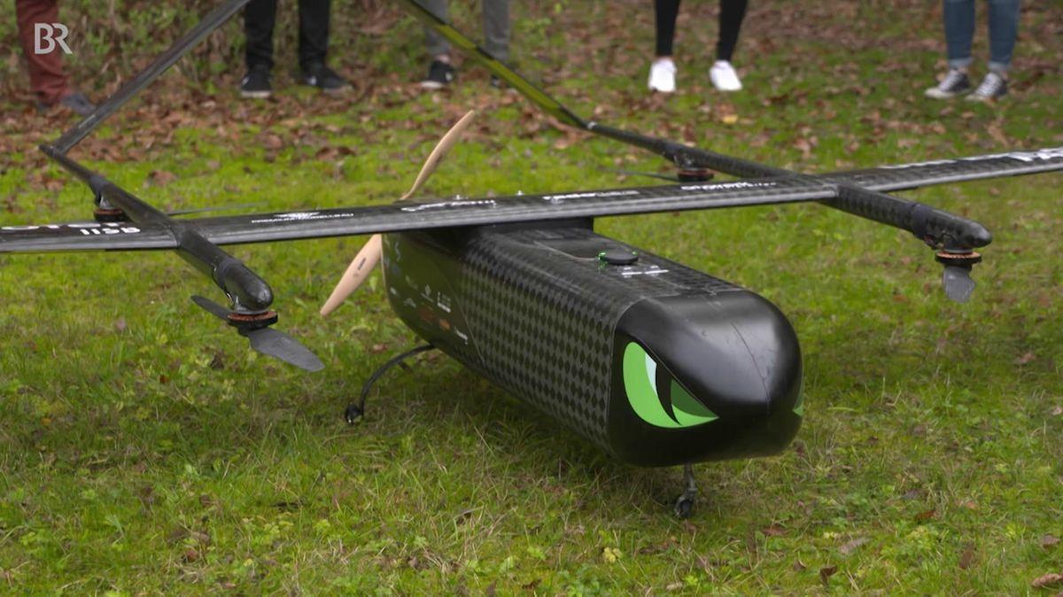 Die Drohne ist nachtschwarz, hat fünf Propeller und eine Spannweite von rund 3,50 Meter.