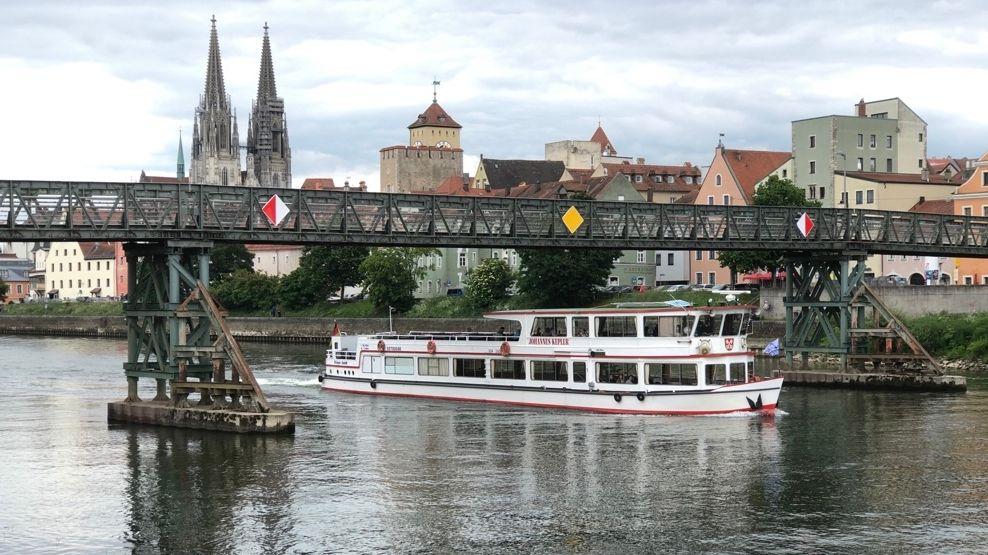 """Die """"MS Johannes Kepler"""" auf der Donau in Regensburg."""