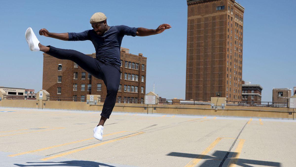 Ein junger Mann in Aurora, Illinois übt einen Tanz für TikTok