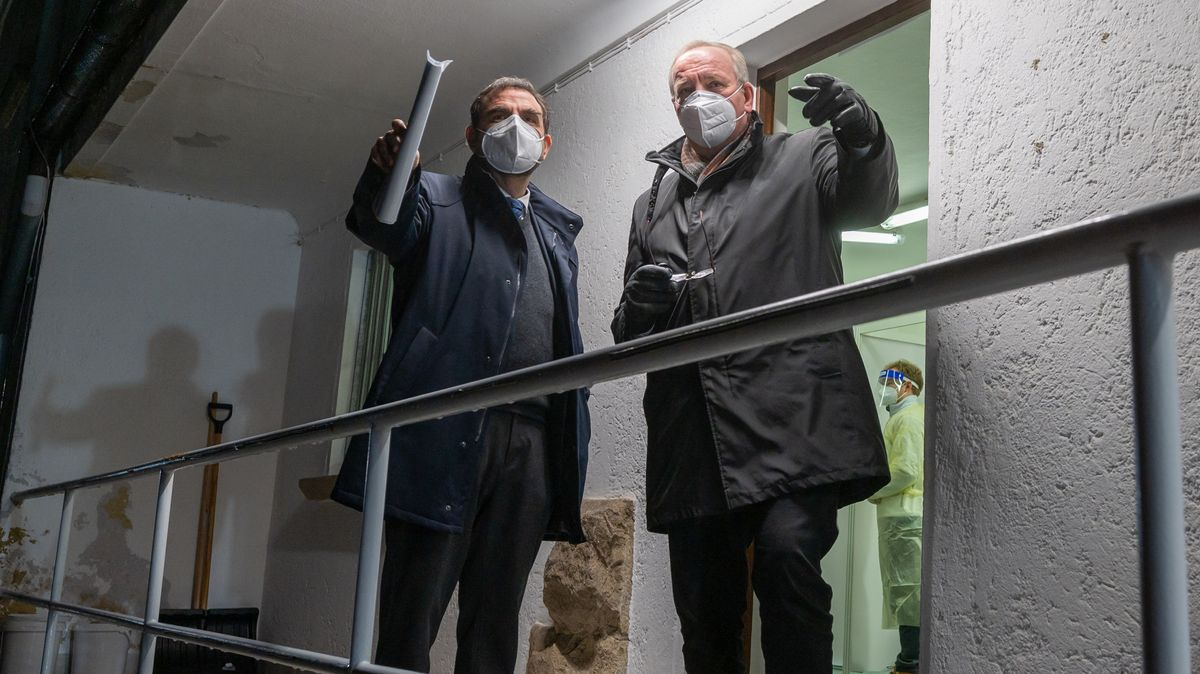 Der Chamer Landrat Franz Löffler (r) (CSU) mit Bayerns Gesundheitsminister Klaus Holetschek (CSU) im Januar an der bayerisch-tschechischen Grenze