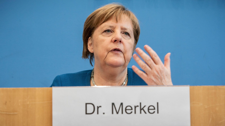 Bundeskanzlerin Angela Merkel nimmt an einer Pressekonferenz zur Entwicklung beim Coronavirus teil.