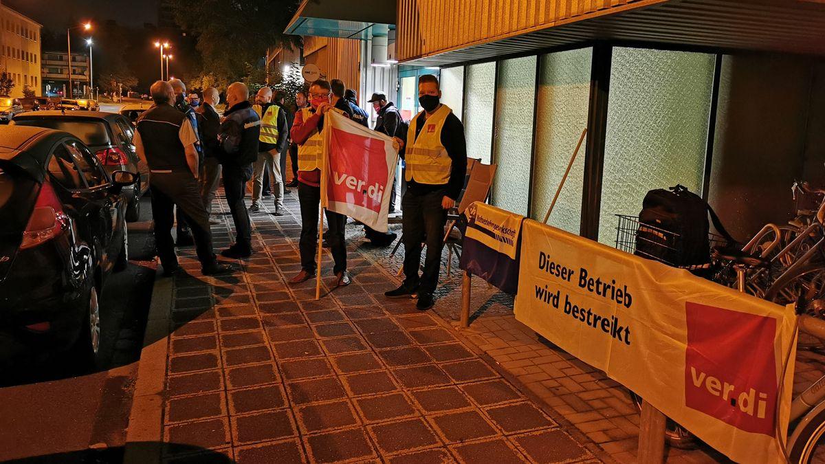 Streikende vor dem VAG Busbetriebshof in Nürnberg