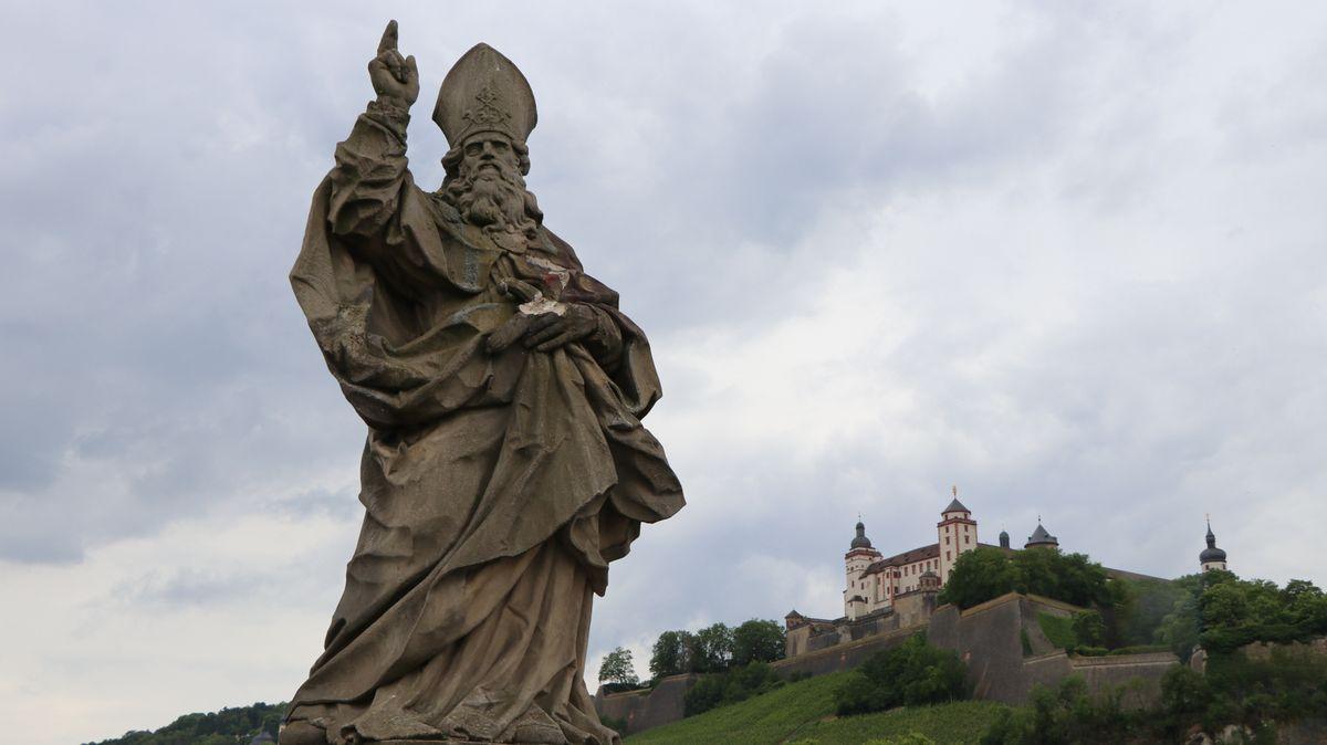 Beschädigte Kilians-Statue auf der Alten Mainbrücke in Würzburg