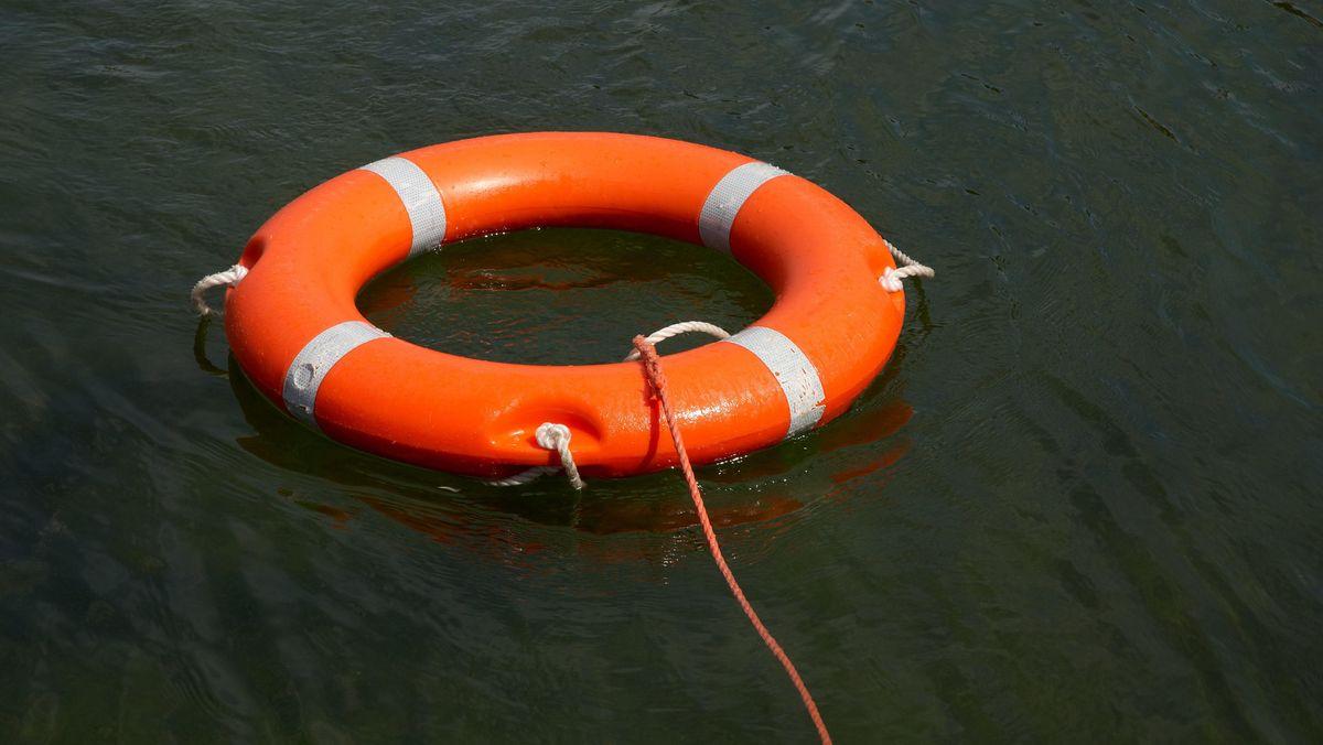 Rettungsring mit Rettungsleine im Wasser