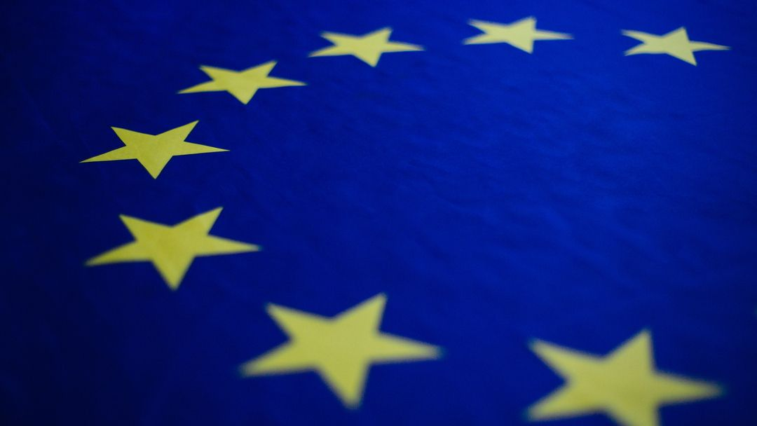 Eine Nahaufnahme der Europaflagge.