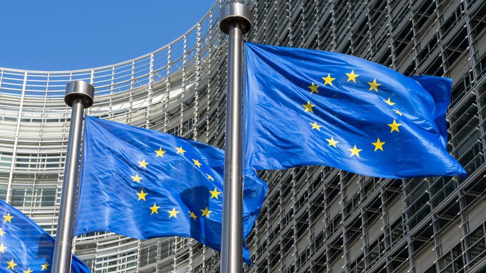 Belgien: Europaflaggen vor der Europäischen Kommission in Brüssel.   Bild:pa/dpa/Daniel Kalker