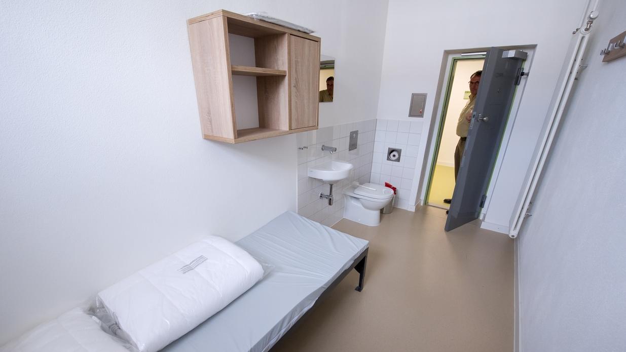 Ein Justizbeamter steht in der neuen Abschiebehaftanstalt in der Ortschaft Eichstätt in der Tür.
