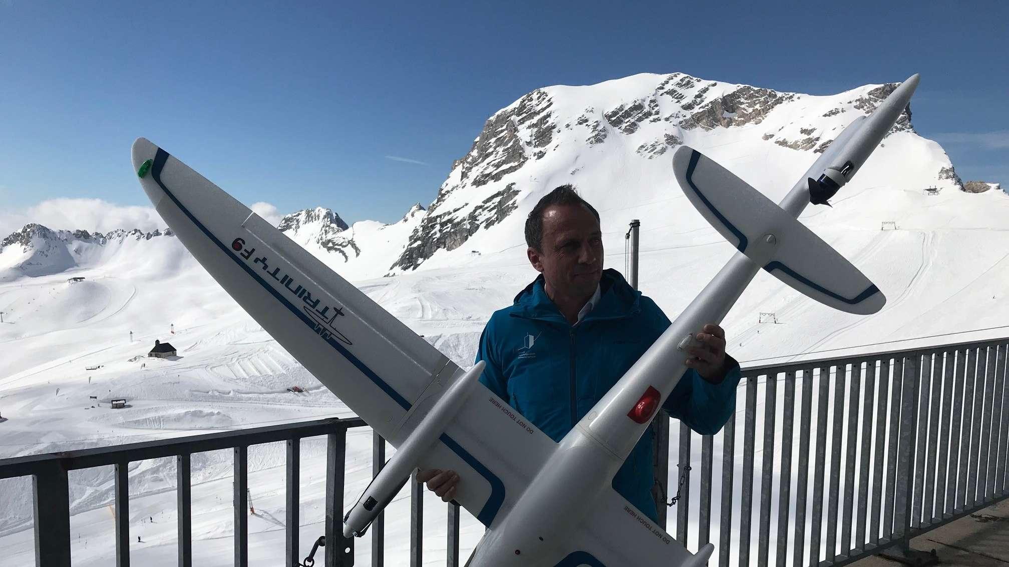 Umweltminister Thorsten Glauber präsentiert die neue Forschungs-Drohne. Kosten des Fluggerätes, das in Oberpfaffenhofen gebaut wird: 15.000 Euro. Sie kann die Rotoren senkrecht stellen und senkrecht starten und landen. Reichweite: 80 Kilometer.