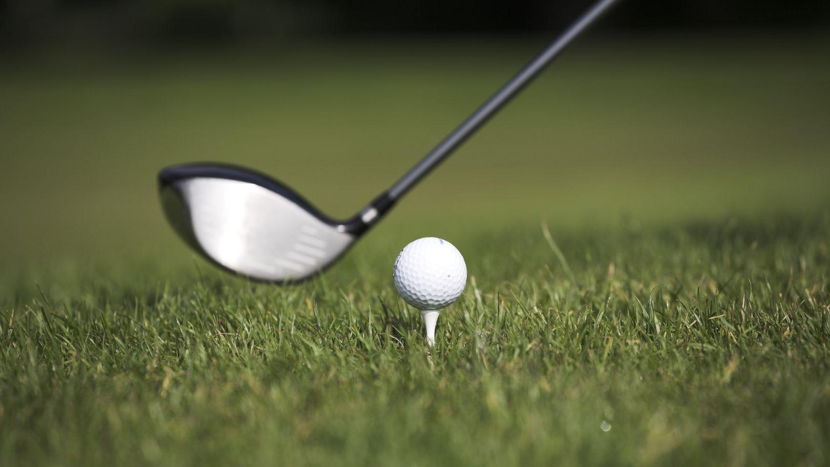 Abschlag eines Golfballs