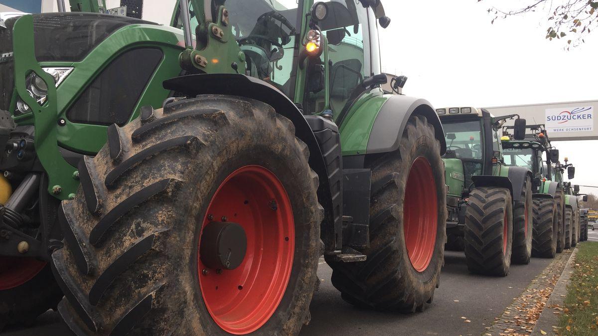 Landwirte protestieren vor Ochsenfurter Zuckerfabrik