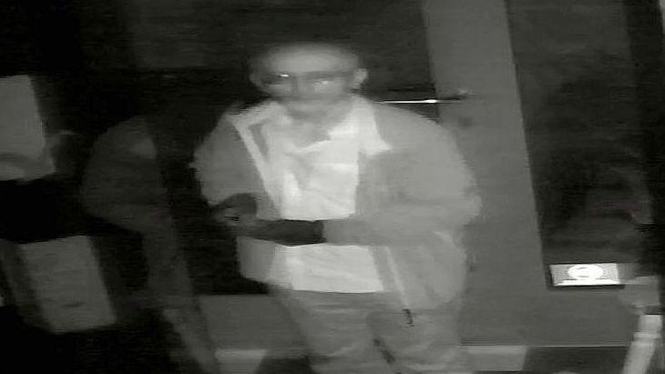 Standbild einer Überwachungskamera: Der gesuchte Einbrecher in einem Geschäft