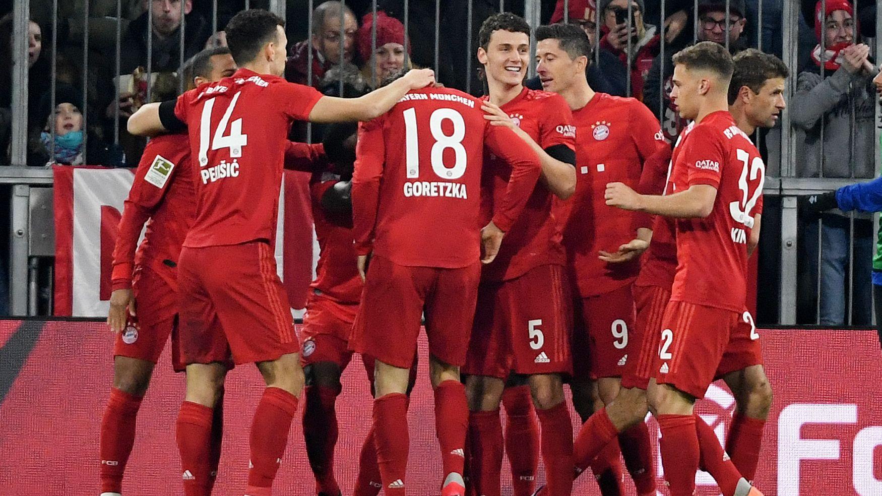 Jubelnde Spieler des FC Bayern beim 4:0 gegen Schalke