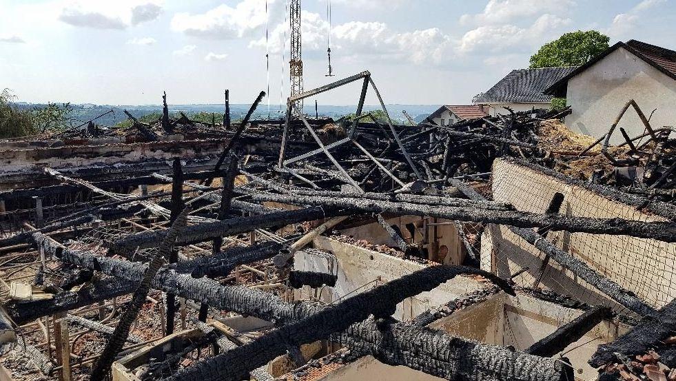Drei Gebäude des Bauernhofs haben die Flammen total zerstört