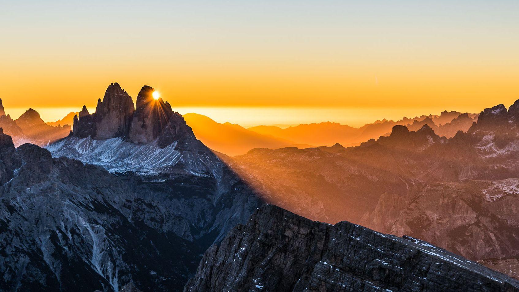 Blick auf die Drei Zinnen in den Dolomiten bei Sonnenuntergang. Der DAV mahnt, dass der Klimawandel den Alpen schwer zu schaffen macht - Hochgebirge seien wie die Pole ein Fieberthermometer der Erde.