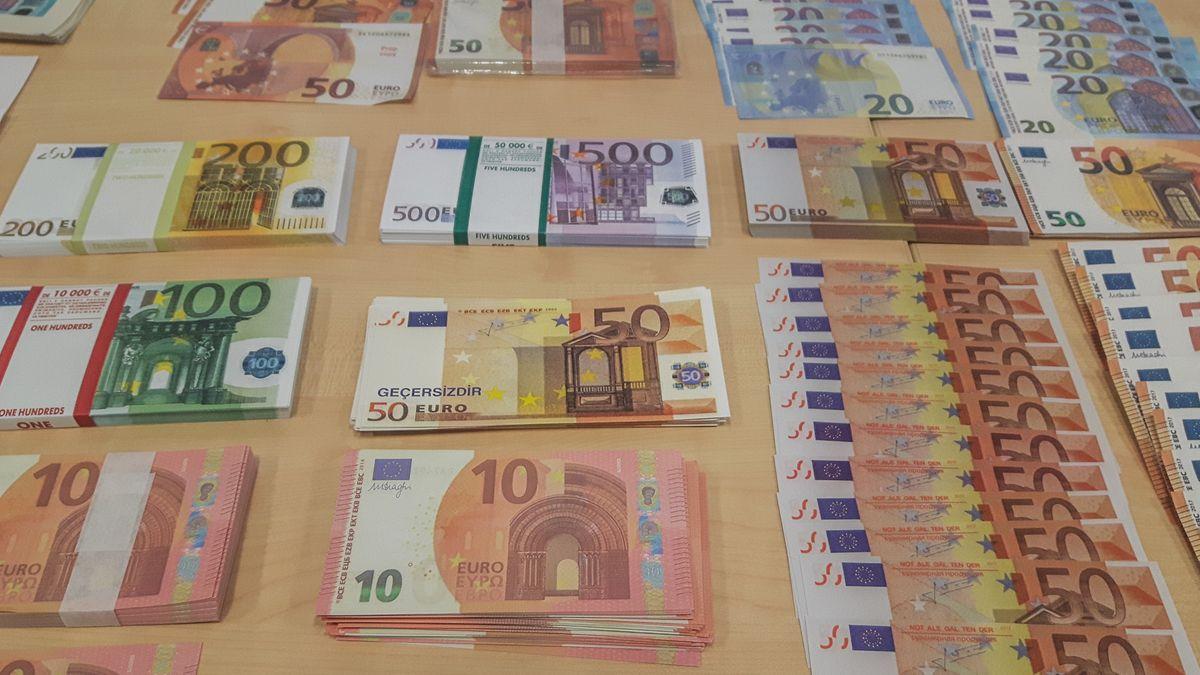 Sogenanntes Movie Money, das das LKA bei einem 24-Jährigen sichergestellt hat, liegt ausgebreitet auf einem Tisch.