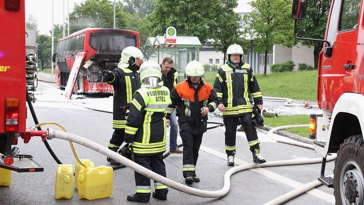 Die Feuerwehr beim Schulbus-Brand bei Wasserburg