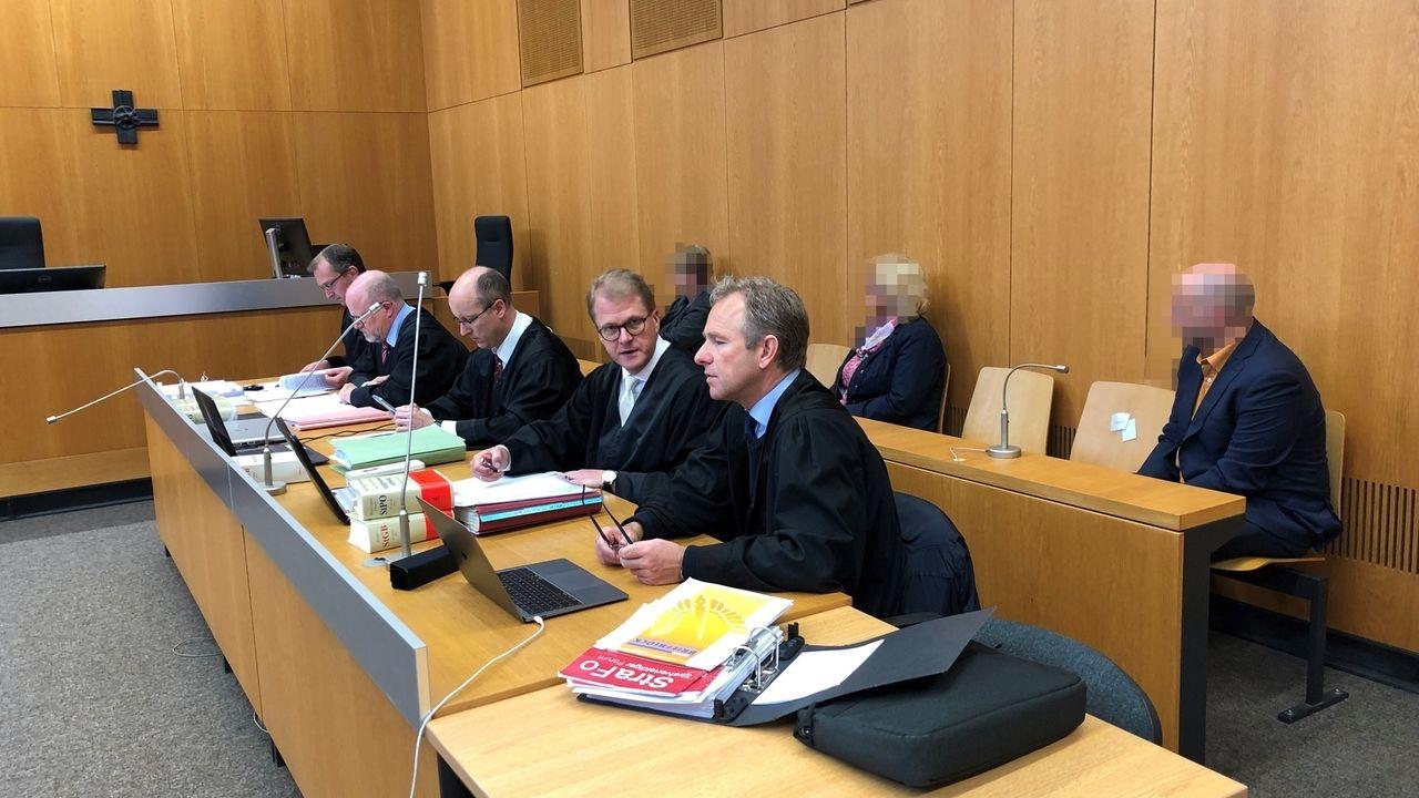 Drei Altenpfleger stehen vor dem Landshuter Landgericht - die Staatanwaltschaft fordert Haftstrafen für sie.