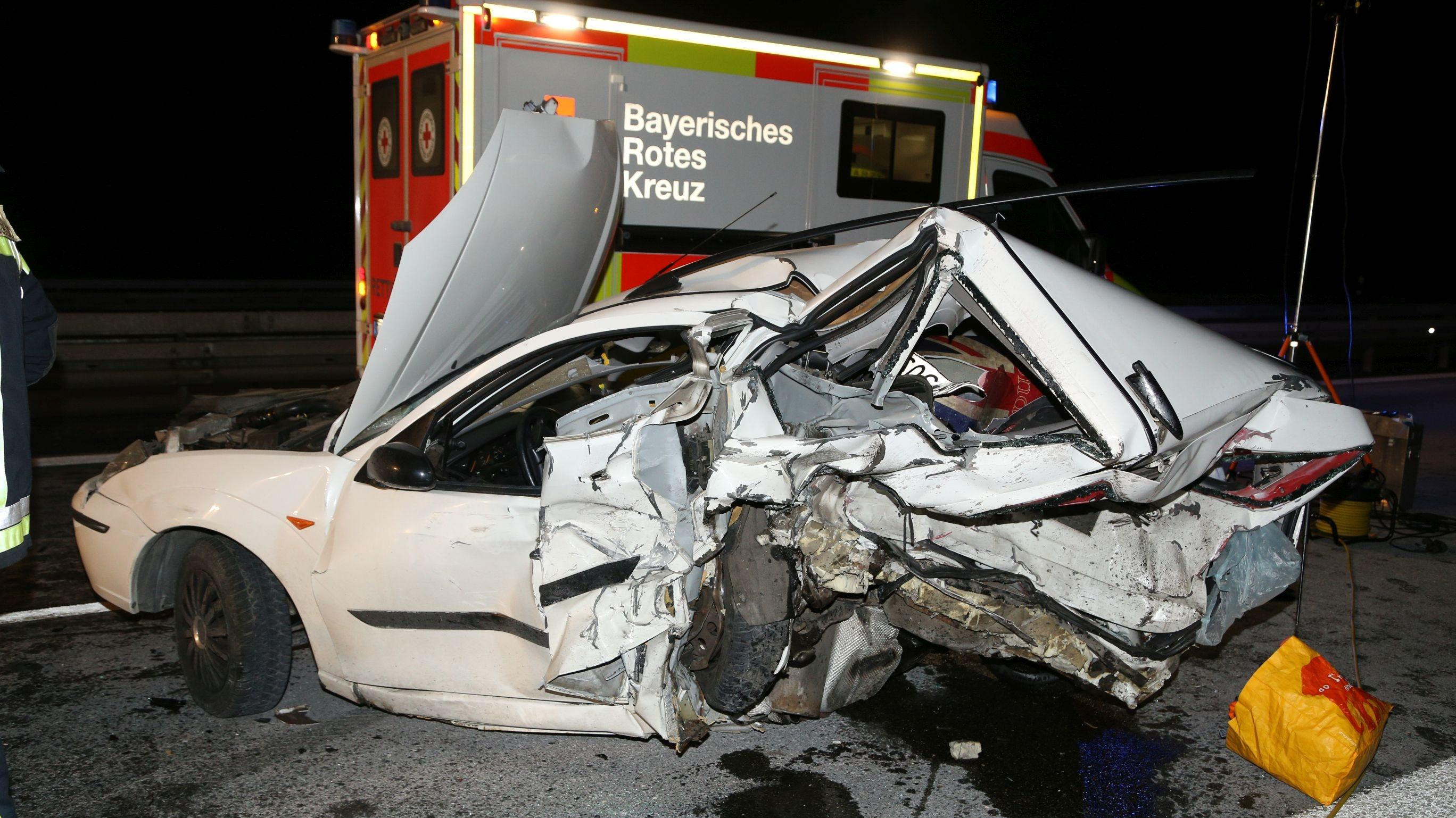 Auf der A93 ereignete sich ein tödlicher Unfall: Ein unbeleuchtetes Auto wurde von zwei weiteren Autos übersehen. Ein Mann starb bei dem Unfall.