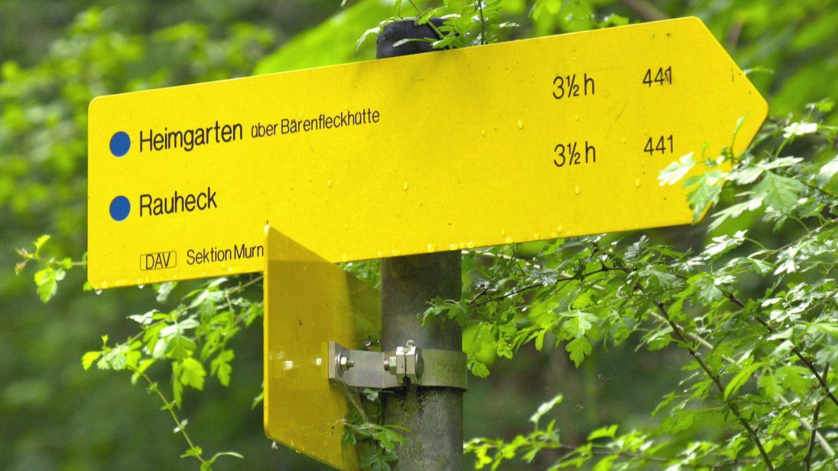 Wie die Wanderzeit auf Wanderschildern berechnet wird.