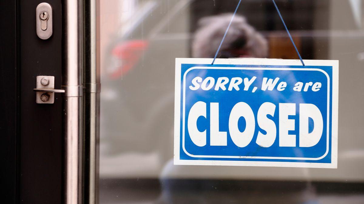 """Ein Schild mit der Aufschrift """"Sorry, we are closed"""" hängt an einer Ladentür."""