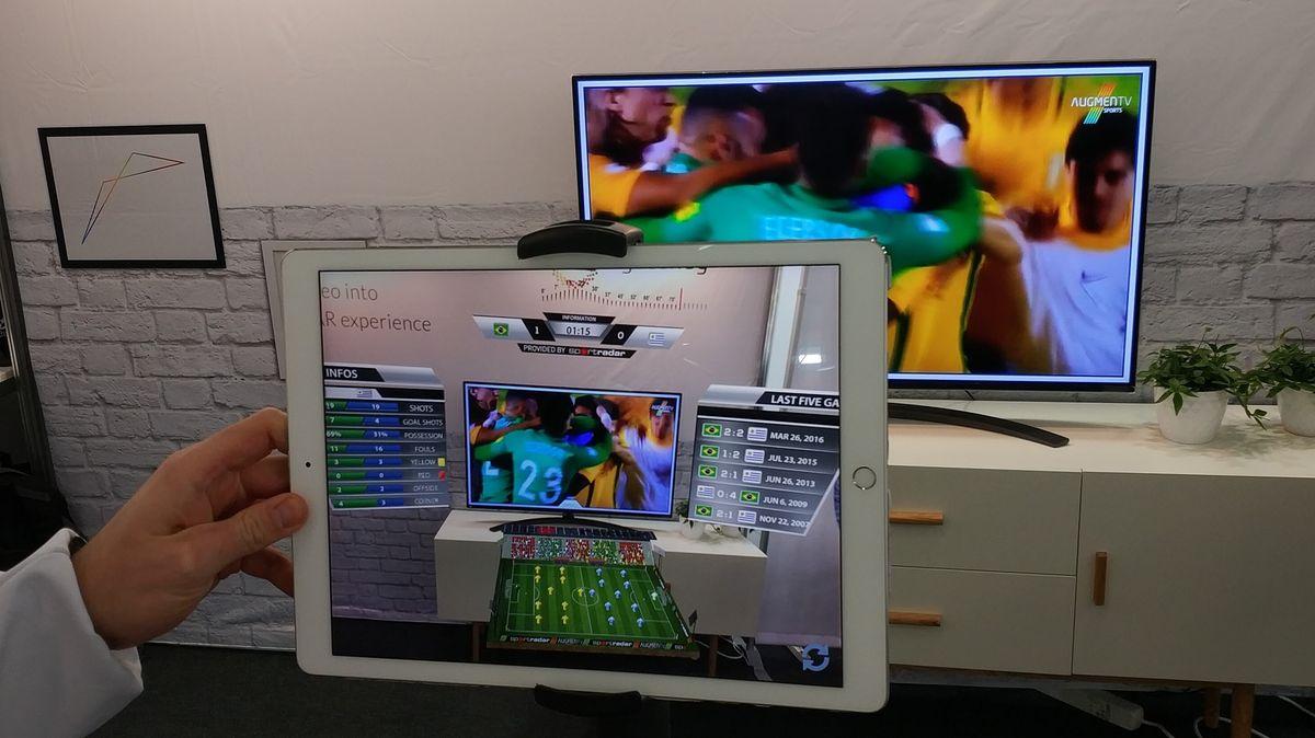 Die AR-Anwendung der Münchner Firma EyecandyLab reichert beispielsweise das Fernsehprogramm, hier bei einem Fußballspiel mit Informationen an.
