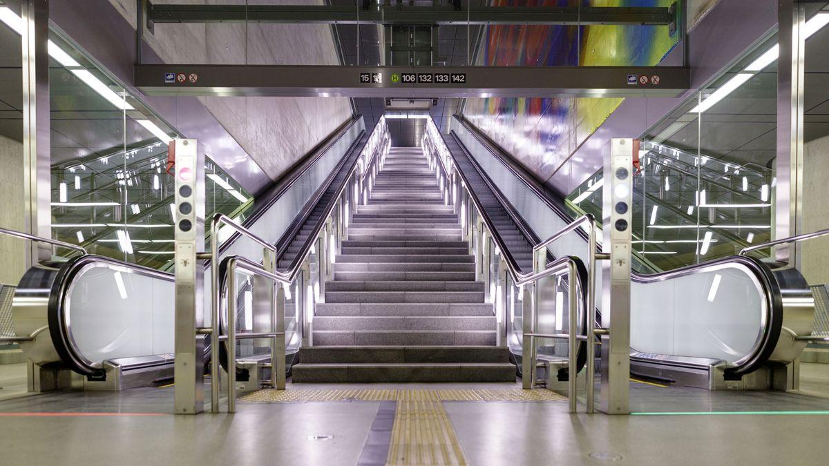 Menschenleere KVB-Haltestelle in Köln während der Corona-Krise.