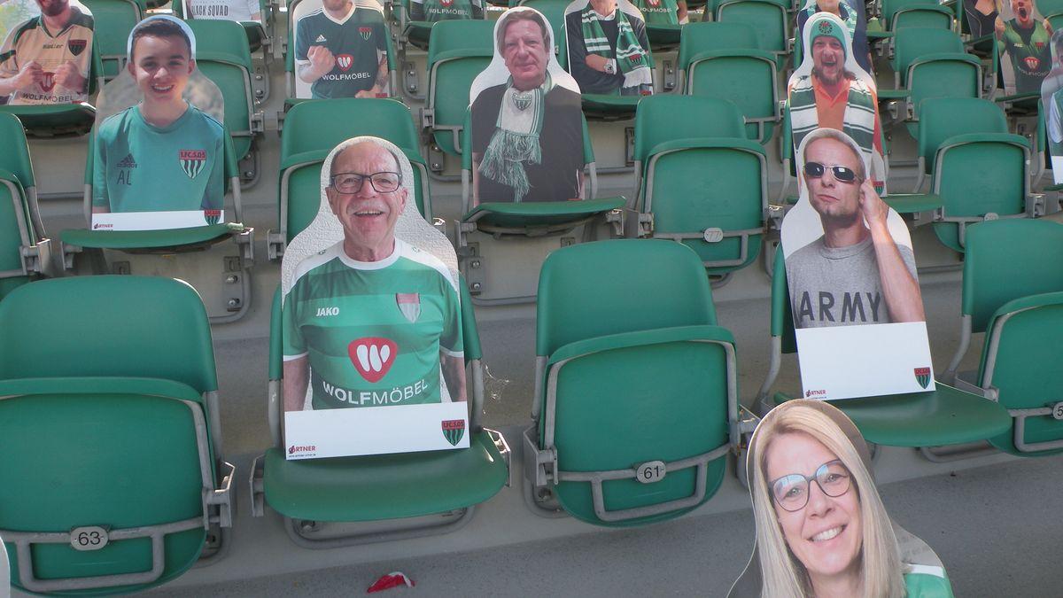 Bilder von Schweinfurt-Fans auf der Tribüne des Willy-Sachs-Stadions