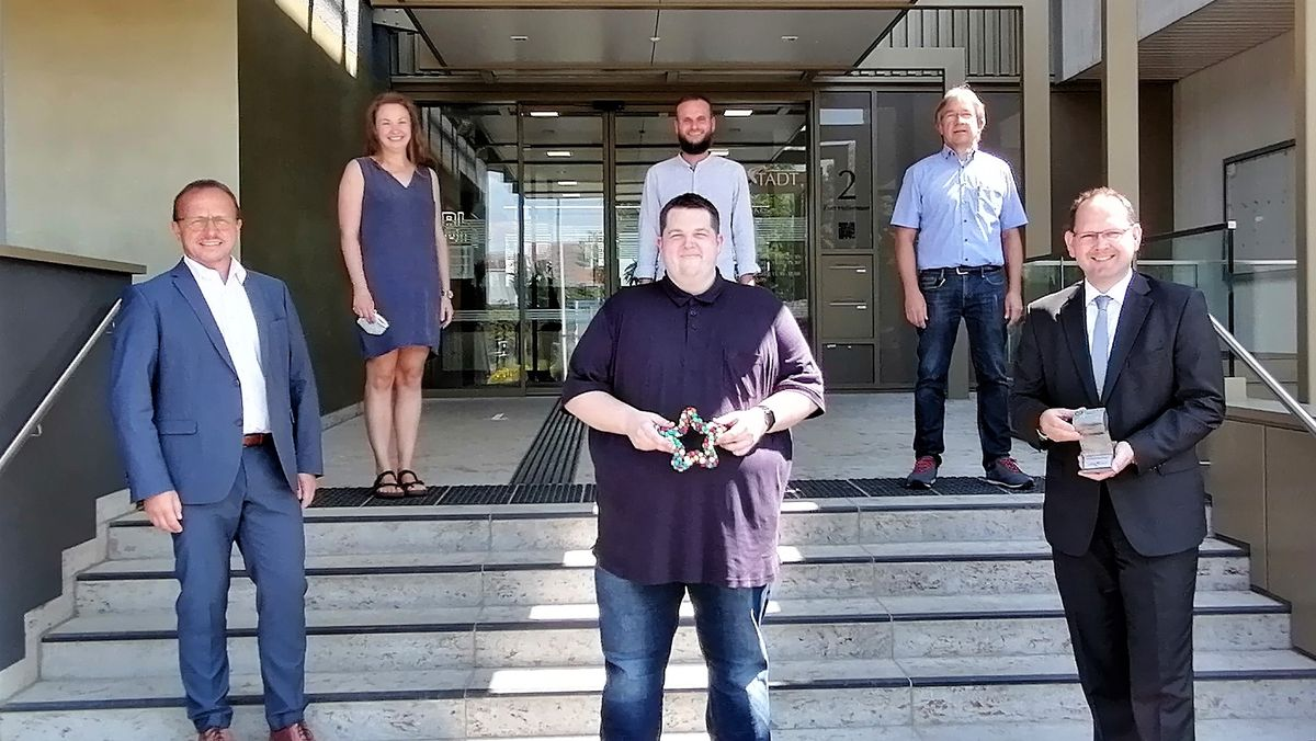 Sechs Personen stehen nebeneinander vor dem Rathaus-Eingang in Karlstadt